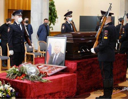 Радий Хабиров не смог сдержать слез на траурной церемонии прощания с мэром Уфы
